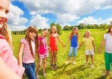 Портрет счастливых девушек снаружи Стоковые Фотографии RF