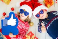 Портрет счастливых детей с украшениями рождества Стоковое фото RF