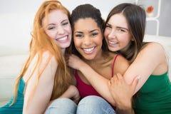 Портрет счастливых женских друзей обнимая один другого Стоковые Фото