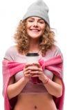 Портрет счастливых курчавых чая или кофе питья девушки от бумажного стаканчика на белой предпосылке Стоковые Фото