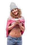 Портрет счастливых курчавых чая или кофе питья девушки от бумажного стаканчика на белой предпосылке Стоковое фото RF