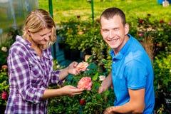 Портрет счастливых клиентов цветков Стоковые Изображения