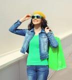 Портрет счастливых милых усмехаясь солнечных очков молодой женщины нося Стоковая Фотография RF