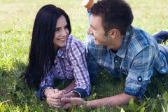 Портрет счастливых молодых пар смотря один другого стоковые изображения