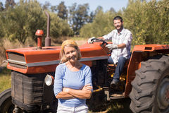 Портрет счастливых пар в ферме стоковые фото