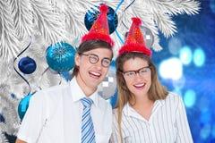 Портрет счастливых пар в шляпе партии против цифров произведенной предпосылки Стоковые Фотографии RF