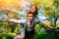 Портрет счастливых пар поднимая их руки внутри под открытым небом стоковое изображение rf