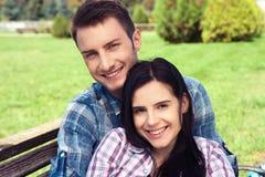 Портрет счастливых пар смеясь над на камере стоковые фото