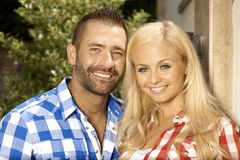 Портрет счастливых пожененных пар outdoors Стоковая Фотография RF