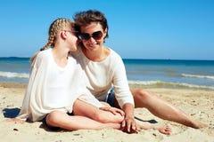 Портрет счастливых родителя и ребенка отдыхая на пляже Стоковое Фото