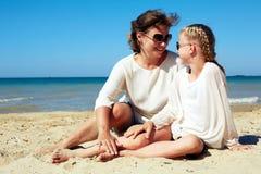 Портрет счастливых родителя и ребенка отдыхая на пляже Стоковое фото RF