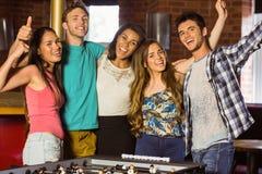 Портрет счастливых друзей играя футбол таблицы Стоковое фото RF