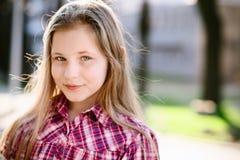 Портрет счастливых светлых волос 10 лет девушки Стоковое Изображение RF