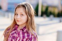 Портрет счастливых светлых волос 10 лет девушки Стоковое фото RF