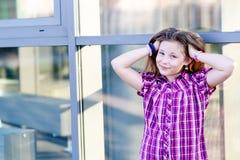 Портрет счастливых светлых волос 10 лет девушки Стоковое Изображение