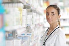 Портрет сь аптекаря женщины в фармации Стоковое Фото