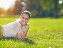 Портрет сь девушки кладя на лужок Стоковая Фотография RF