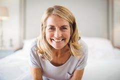 Портрет сь женщины в спальне Стоковое фото RF