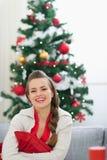 Портрет сь женщины около рождественской елки Стоковая Фотография