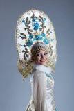 Портрет ся молодой женщины в kokoshnik Стоковые Изображения RF