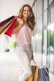 Портрет ся молодой женщины с хозяйственными сумками Стоковая Фотография