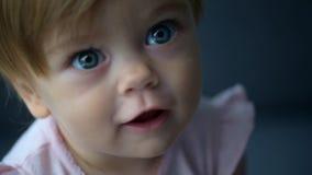 Портрет славного малыша сидя на кресле сток-видео