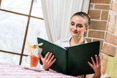 Портрет славной дамы на ресторане Стоковая Фотография RF