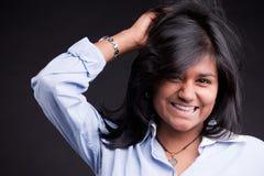 Портрет славный индийский усмехаться девушки стоковое изображение rf