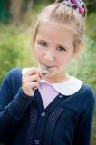 Портрет сладостной девушки с леденцом на палочке Стоковая Фотография