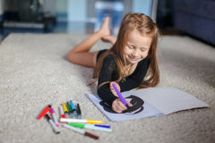 Портрет сладостной прелестно маленькой девочки которая рисует Стоковые Фотографии RF
