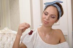 Портрет с красными вишнями Стоковое фото RF