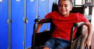 Портрет с ограниченными возможностями школьника сидя на кресло-коляске 4k видеоматериал
