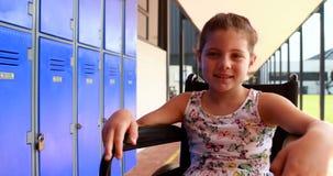 Портрет с ограниченными возможностями школьницы сидя на кресло-коляске 4k акции видеоматериалы