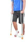 Портрет сломленной ноги используя костыль Стоковое фото RF
