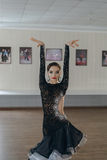 Портрет танца маленькой девочки латинского Стоковое Изображение