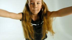 Портрет танцевать стильная молодая модельная девушка подростка в одеждах непринужденного стиля видеоматериал