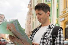 Портрет талии-вверх красивого мужского путешественника на стоковые фото