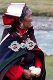 Портрет тибетской женщины в национальных одеждах Стоковая Фотография