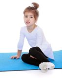 Портрет 3-ти летнего спортсмена девушки сидя дальше Стоковая Фотография