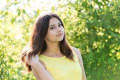 Портрет 14-ти летней девушки outdoors на солнечный день Стоковая Фотография