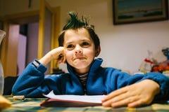портрет 9-ти летнего ребёнка с гребнем зеленого цвета покрасил волосы стоковая фотография rf
