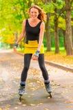 Портрет тонкой девушки на коньках ролика Стоковые Фотографии RF