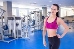 Портрет тонкой привлекательной женщины представляя в спортзале Стоковые Изображения RF