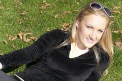 портрет травы девушки лежа Стоковая Фотография RF