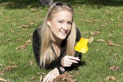 портрет травы девушки лежа Стоковое Изображение RF