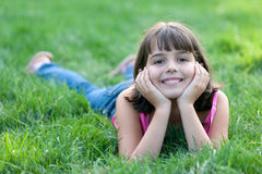 портрет травы мечтая девушки Стоковая Фотография