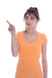 Портрет тревоженой изолированной маленькой девочки в апельсине указывая wi Стоковая Фотография