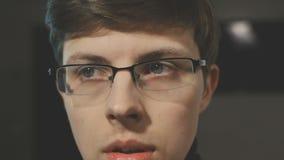 Портрет тревожиться человек с стеклами Смотреть правый и левый сток-видео