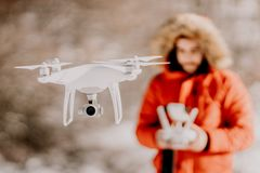 Портрет трутня человека проводя над холмами и лесом - концепция videography и воздушного фотографирования стоковые изображения