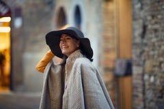 Портрет туриста молодой женщины наслаждаясь в каникулах стоковое фото